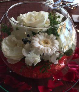 赤包まれ浮かぶ 白い花達